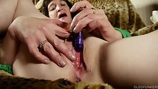 Slutty old spunker loves 2 talk dirty and fuck her juicy pussy