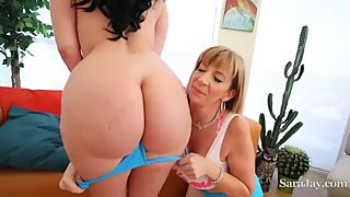 2 lesbiche mature tettone si divertono con lo strap on