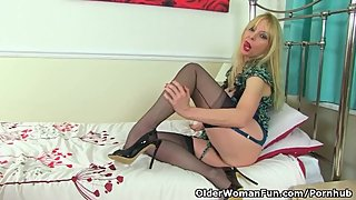 British milf Lucy Gresty slides a dildo into her fanny