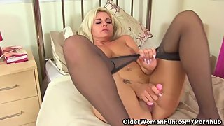 English milf Kelly Cummins plays with a pink dildo