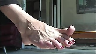 Toe wiggling long toes